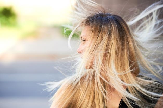 Dziewczyna jest blondynką z rozwianymi włosami. w dowolnym celu.
