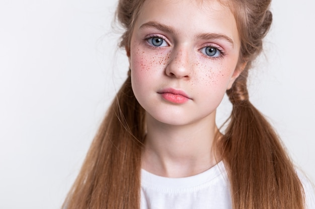 Dziewczyna jest smutna. spokojna, spokojna, ładna dama z długimi zdrowymi włosami pokazująca okrągłą twarz z jasnymi piegami