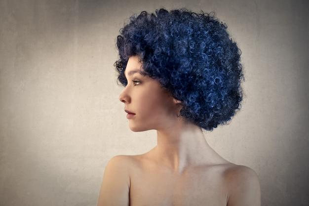 Dziewczyna jest ubranym perukę