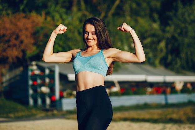 Dziewczyna jest zaangażowana w poranne ćwiczenia w parku.