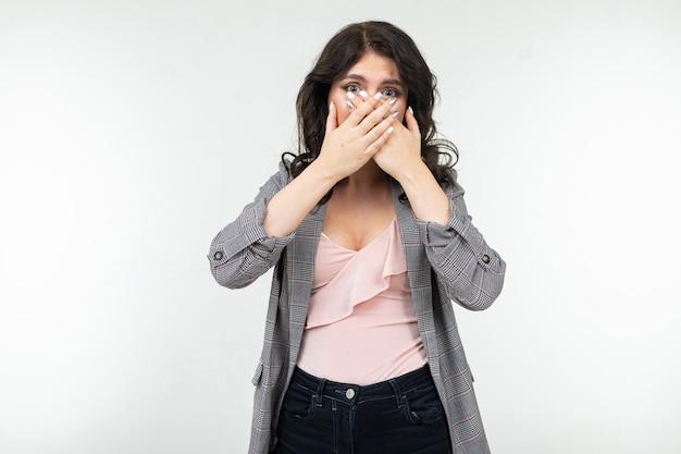 Dziewczyna jest zaskoczona i zakryła usta dłonią