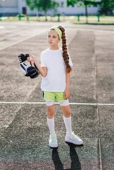 Dziewczyna jogging w słoneczny letni wieczór, kładąc na bieżni, stadion, trening fizyczny, powrót do szkoły, zmęczona.