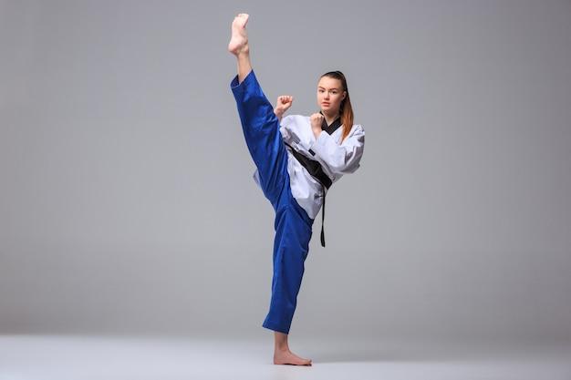 Dziewczyna karate z czarnym pasem