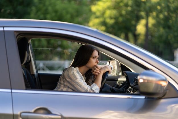 Dziewczyna-kierowca czuje się zwątpienie, zdezorientowana trudną decyzją, cierpi na kryzys życiowy związany z wypaleniem