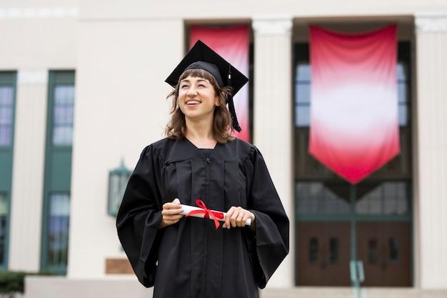 Dziewczyna kończąca college, świętująca osiągnięcia w nauce