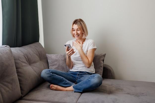 Dziewczyna koresponduje w sieciach społecznościowych i komunikatorach