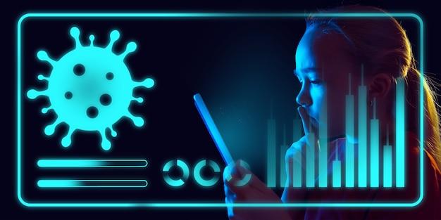Dziewczyna korzystająca z interfejsu nowoczesnej technologii i efektu warstwy cyfrowej jako informacji o koronawirusie