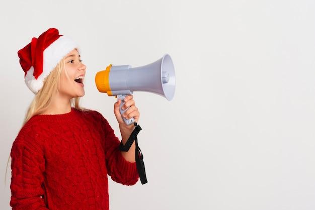 Dziewczyna krzyczy przez megafon