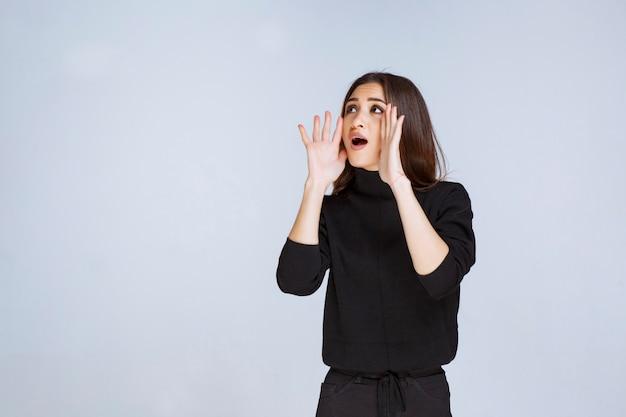 Dziewczyna krzyczy, żeby się słyszeć. zdjęcie wysokiej jakości