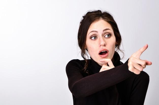 Dziewczyna książki egzamin czarny sweter trudności uczy przy stole zmęczony raduje się emocjami