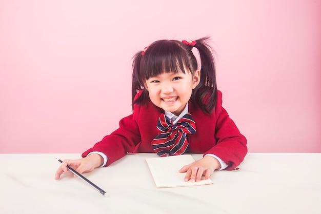 Dziewczyna, która odrabia lekcje