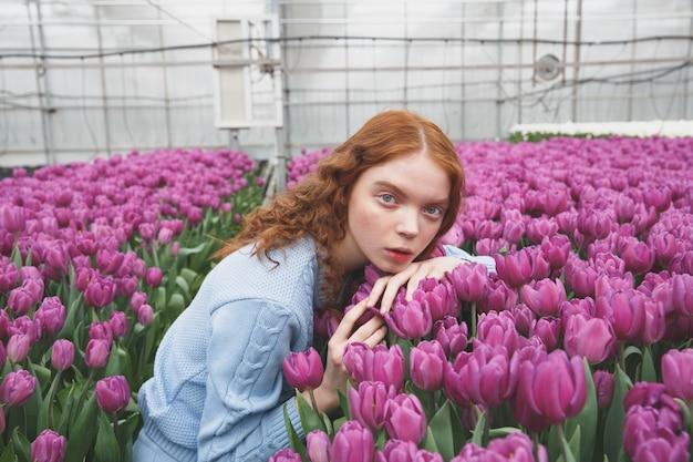 Dziewczyna leży na tulipanach