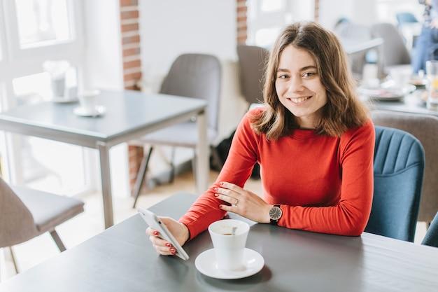 Dziewczyna ma kawę w restauraci