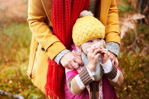 Dziewczyna ma przeziębienie jesienią