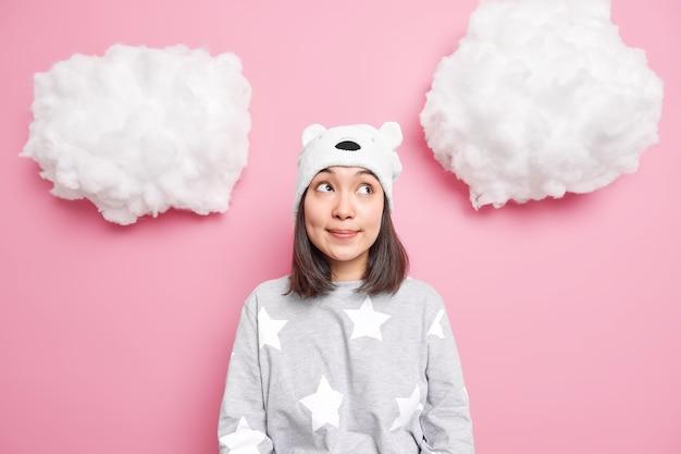 Dziewczyna ma zamyślony wyraz twarzy skoncentrowany nad myślami o planach na weekend ubrana w zwykłe domowe ubrania na różowo
