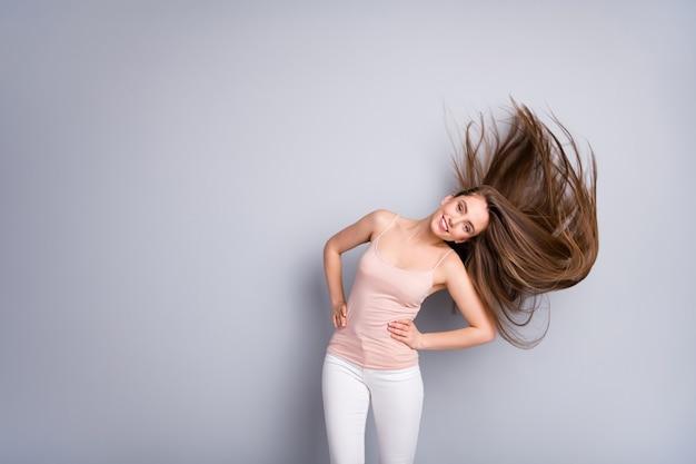Dziewczyna macha zdrowymi włosami