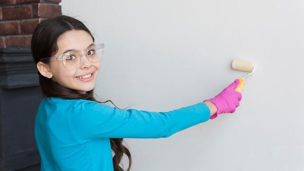 Dziewczyna malowanie ścian