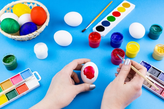 Dziewczyna maluje jajka