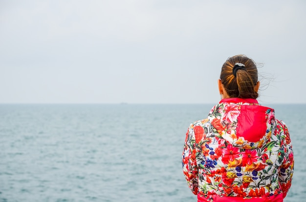 Dziewczyna marzy na brzegu batumi w stanie georgia.