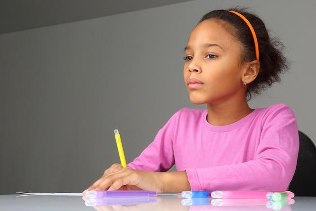 Dziewczyna marzy o rysowaniu na papierze