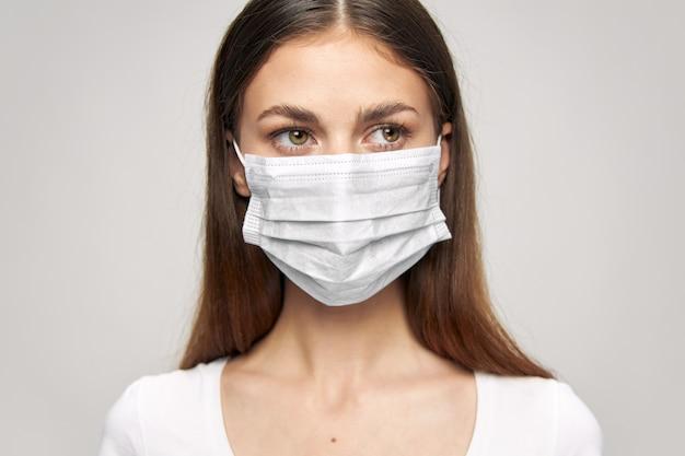 Dziewczyna maska medyczna wygląda z boku bezpieczeństwa światła przestrzeni