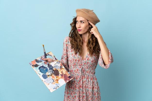 Dziewczyna młody artysta trzyma paletę