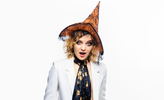 Dziewczyna mody halloween. zaskoczona kobieta w kapeluszu czarownicy. kostium na halloween. cukierek albo psikus. 31 października.