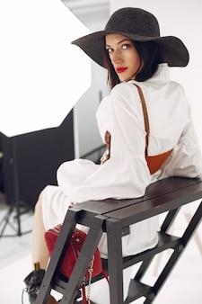 Dziewczyna mody. kobieta na białym tle. stylowa dama.
