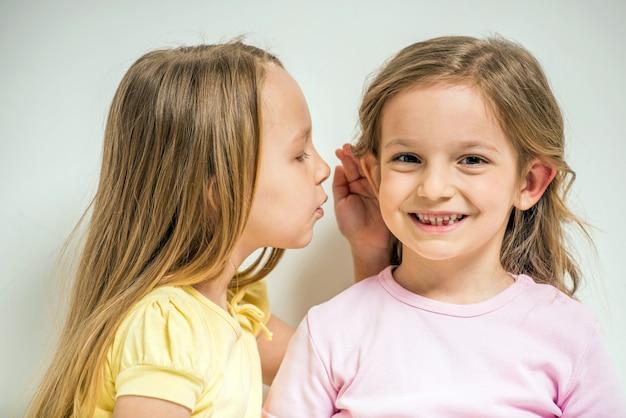 Dziewczyna mówi sekret swojemu przyjacielowi