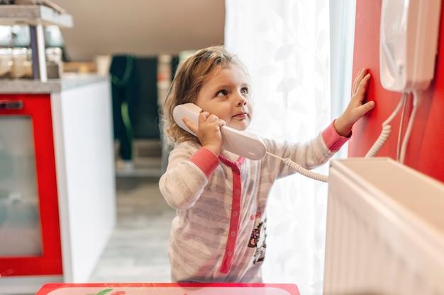 Dziewczyna mówiąc na telefon i patrząc w górę