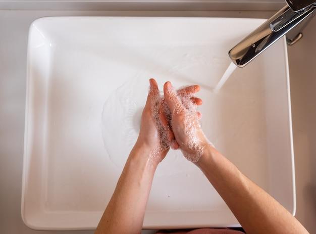 Dziewczyna mycie rąk mydłem. koncepcja koronawirusa