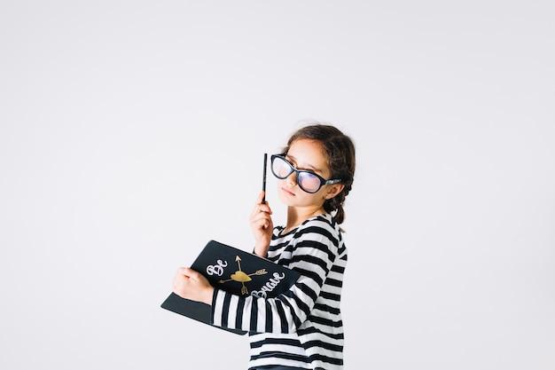 Dziewczyna myśli i robienia notatek
