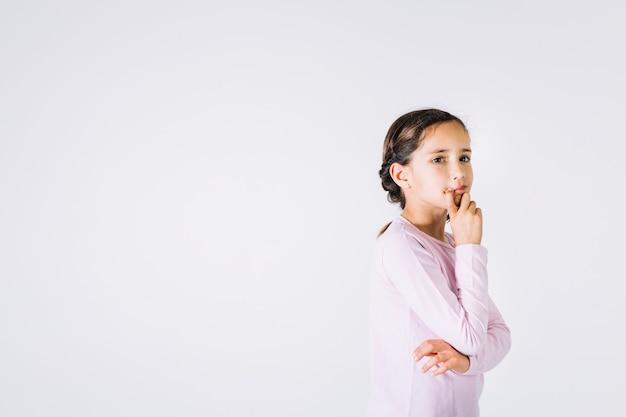Dziewczyna myśli nad problemem