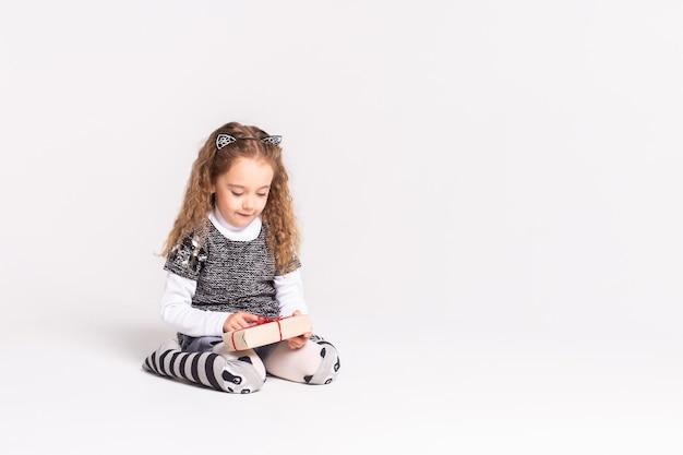 Dziewczyna na białym tle z małym prezentem