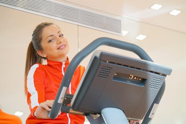 Dziewczyna na bieżni w siłowni