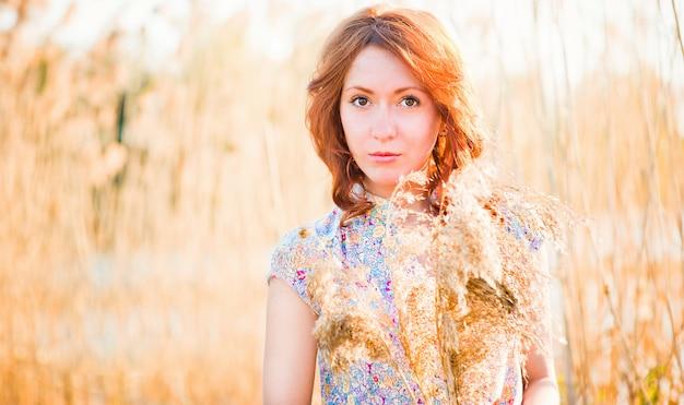 Dziewczyna na chlebie jaglanym. obfite zbiory. rolnictwo. szczęśliwa dziewczyna z pięknym uśmiechem na polu pszenicy.