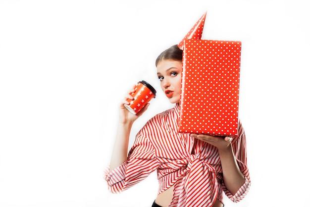 Dziewczyna na imprezie w czerwonej koszuli w paski z prezentami na białym tle