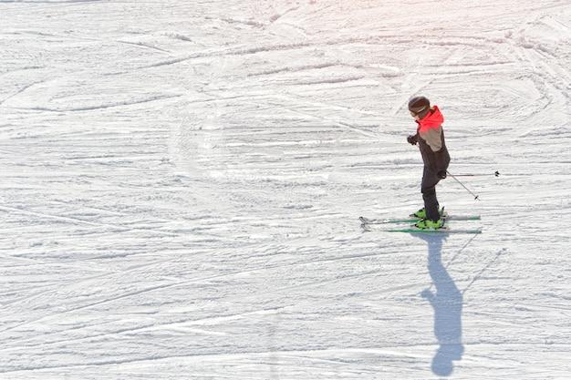 Dziewczyna na nartach na torze narciarskim.