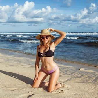 Dziewczyna na placu przy plaży