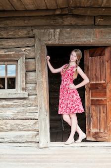 Dziewczyna na progu wiejskiego domu