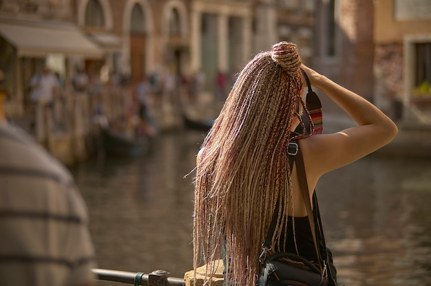 Dziewczyna na ramieniu fotografująca przebłysk wenecji
