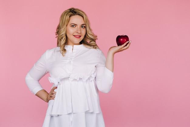Dziewczyna na różowym tle ze zdrową żywnością