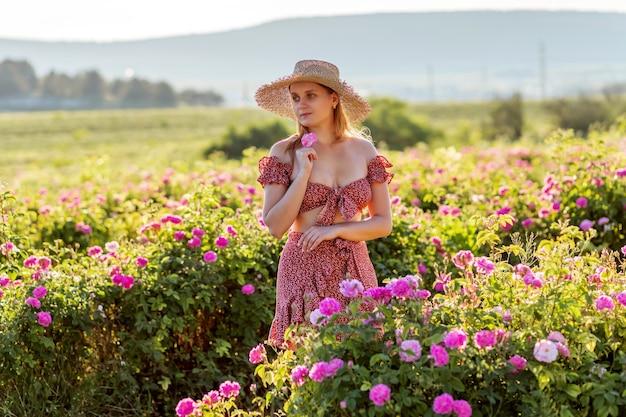 Dziewczyna na spacerach po plantacji róż