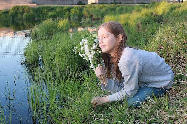 Dziewczyna na spacerze w jesiennym parku. młoda rudowłosa dziewczyna na wiosnę na charakter.