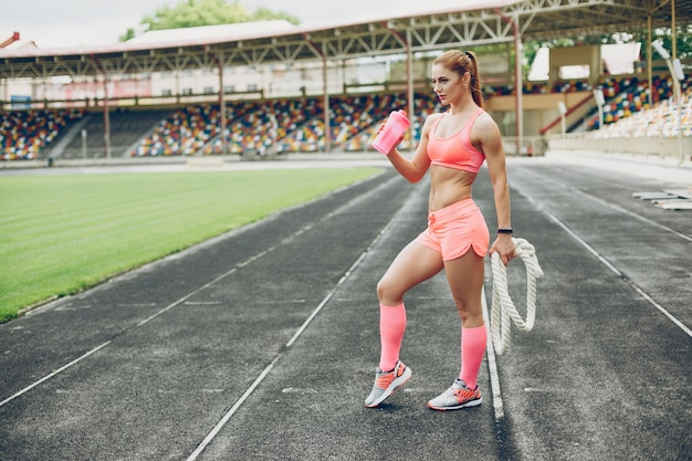 Dziewczyna na stadionie uprawia sport