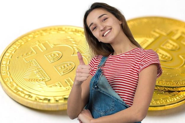 Dziewczyna na tle bitcoina myślenie o pytaniu zamyślony wyraz twarzy wygląda niedowierzająco