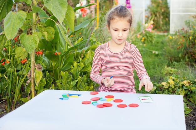 Dziewczyna na ulicy bawi się z projektantem