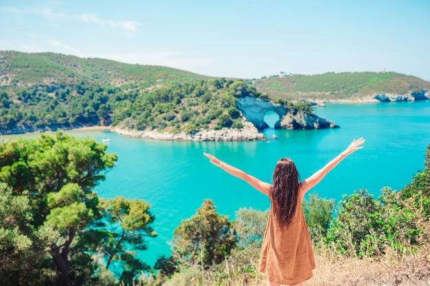 Dziewczyna na urlopowego podróży tła pięknym krajobrazie
