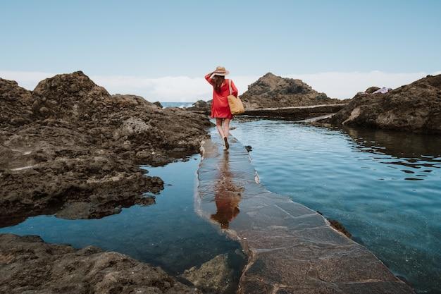 Dziewczyna na wakacjach spacery wzdłuż wybrzeża