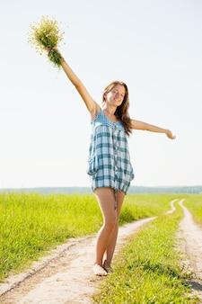 Dziewczyna na wiejskiej drodze